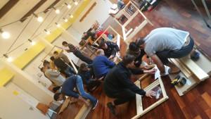 Gruppen von Menschen bauen Betten zusammen