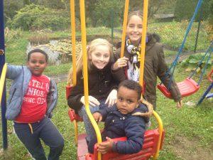 Spielen mit Flüchtlingskindern im Garten