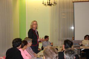Vereinsmitglied Myriam Gellner stellt sich als Beisitzerin vor.