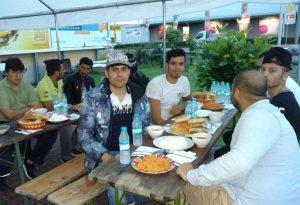 Nach Sonnenuntergang gibt es an der Bad Vilbeler Moschee etwas zu essen und zu trinken.