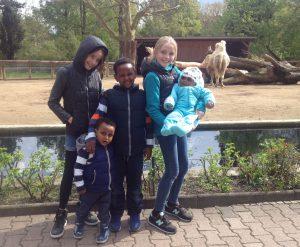 Besuch im Zoo mit Flüchtlingskindern