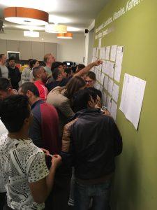 Austausch über die Kennlern-Bögen beim Flüchtlingsabend der Firma Namics in Frankfurt